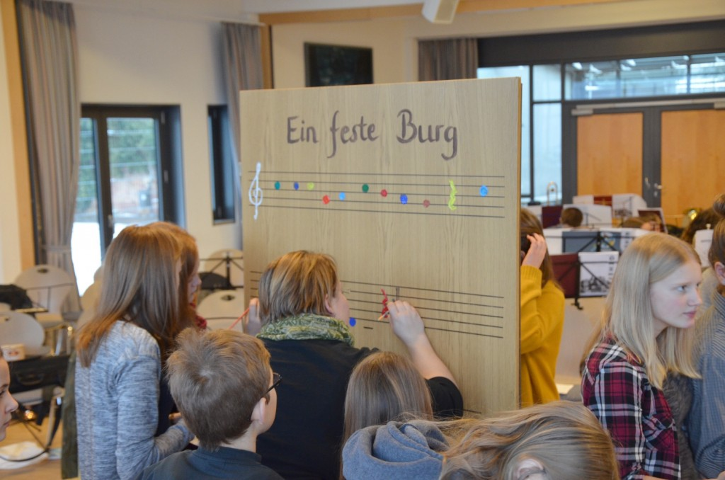 """Der Bezirksposaunenchor gestaltete eine Tür für das Kreativprojekt der Evangelischen Jugend """"Knockin´on heaven´s door"""" (Foto: Riedel)"""