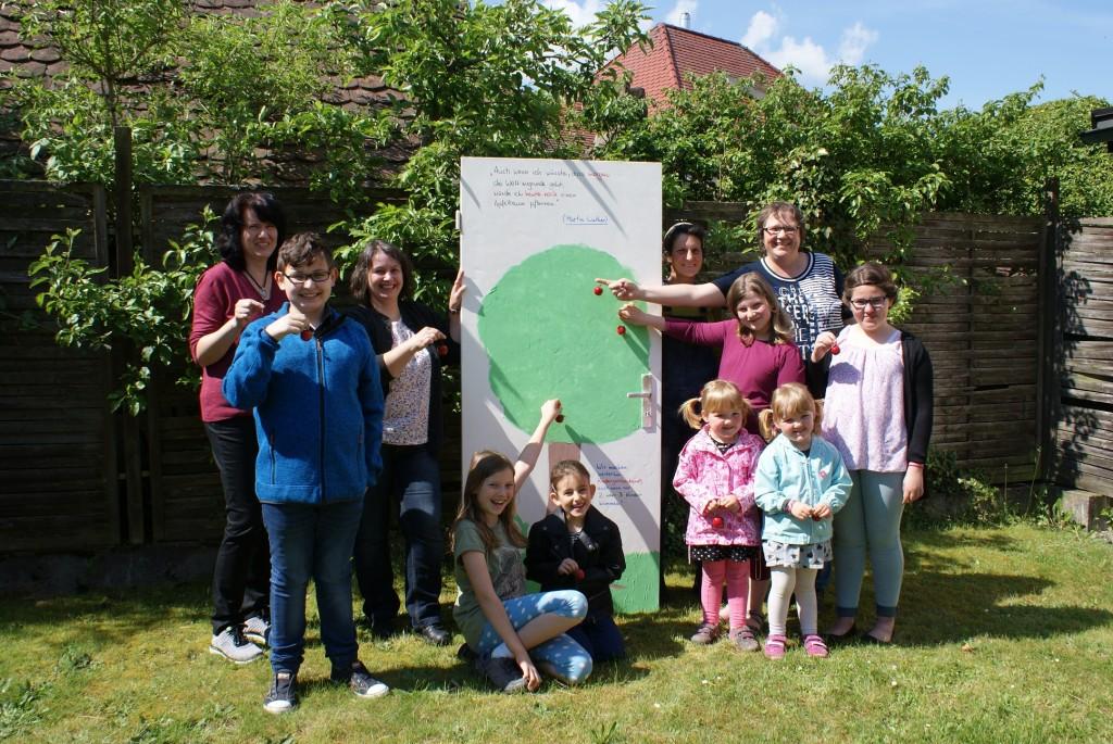Die Kigo-Kids aus Mantel gestalteten eine Hoffnungs-Tür mit Apfelbäumchen (Foto: Punzmann)