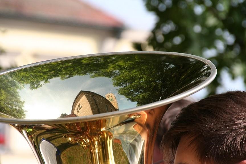 Die Martin Luther-Kirche Erbendorf spiegelt sich in der Tuba (Foto: Götte)