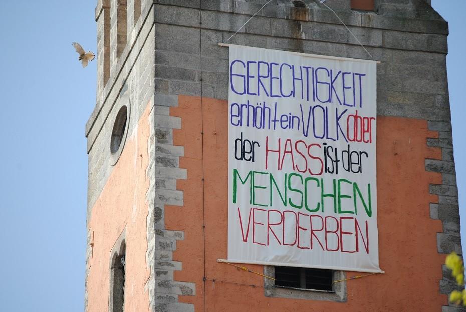 Banner für Toleranz am Kirchturm in Floss (Foto: S. Weniger)