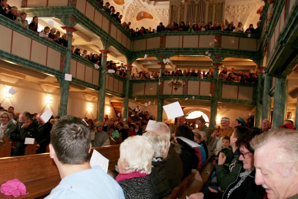 Beim Luthertheater regnet es plötzlich reformatorische Thesen in der Neustädter Dreieinigkeitskirche