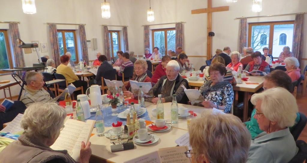 BGR Pfarrer Anton Witt referierte beim Seniorennachmittag in Mitterteich über die geschichtliche Entwicklung der beiden Konfessionen seit der Reformation.